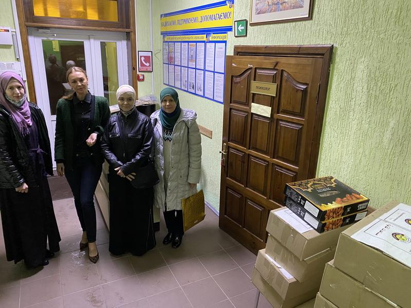 Від жінок — жінкам: мусульманки передали продукти для жертв домашнього насильства