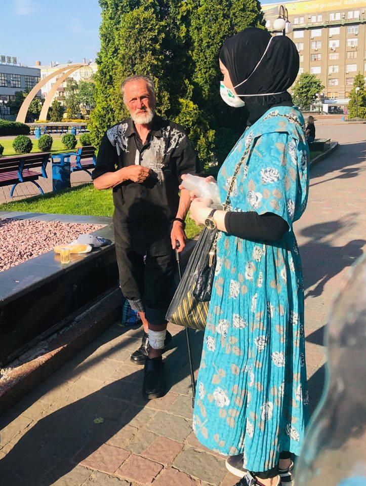 «Нагодуй нужденного» виходить із карантину: харківські мусульманки знову частували безхатченків