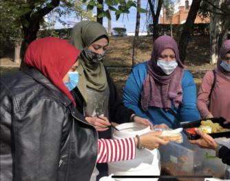 Що нижча температура, то більше людей: мусульманки Запоріжжя годують гарячими обідами знедолених